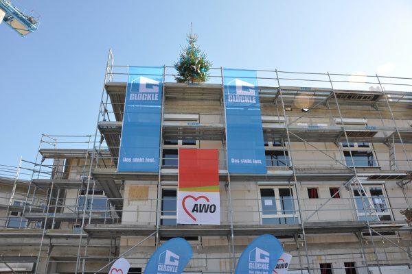 Die blauen GLÖCKLE-Fahnen und die AWO-Fahnen kennzeichnen das Richtfest für das neue Pflegezentrum in Schonungen