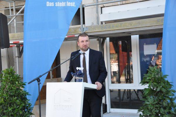 Bürgermeister Stefan Rottmann hält eine kurze Ansprache zum neuen Pflegezentrum in Schonungen
