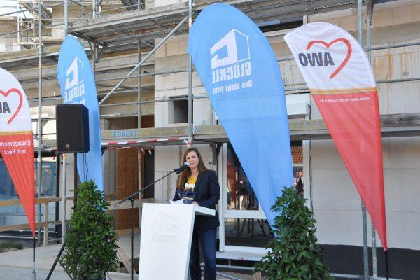 Carolin Glöckle geschäftsführende Gesellschafterin der Unternehmensgruppe Glöckle bei Ihrer Ansprache zum Richtfest des neuen Pflegezentrums in Schonungen