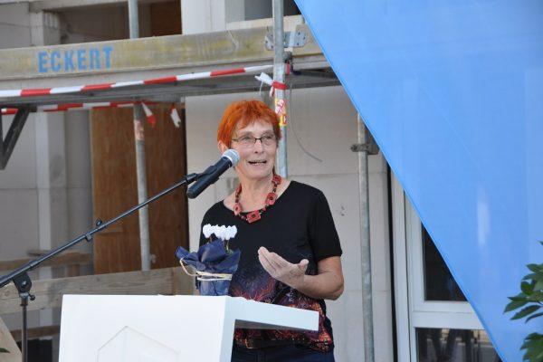 Johanna Niklaus von der Caritas Sozialstation Liborius Wagner bei ihrer Rede zum Richtfest des neuen Wohn- und Geschäftshaus in Schonungen