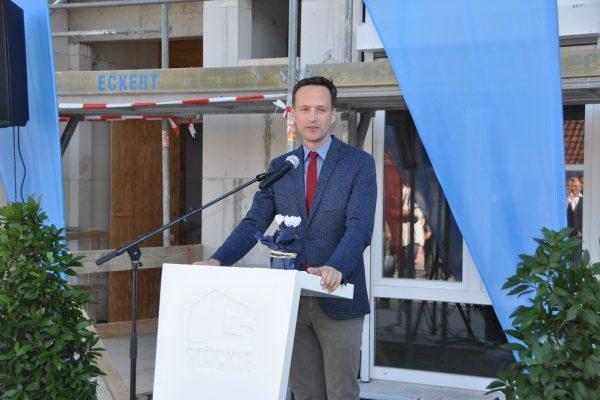Landrat Florian Töpper sprach ebenfalls ein kurzes Grußwort am Richtfest in Schonungen