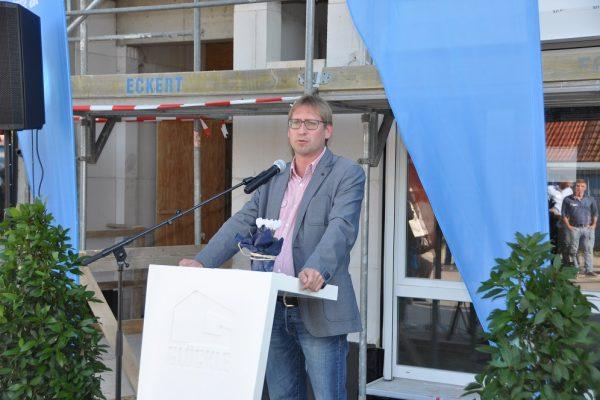 Stellvertretender Vorsitzender Gerald Möhrlein von der AWO Unterfranken spricht eine kurze Rede zum Richtfest den neuen Pflegezentrums in Schonungen