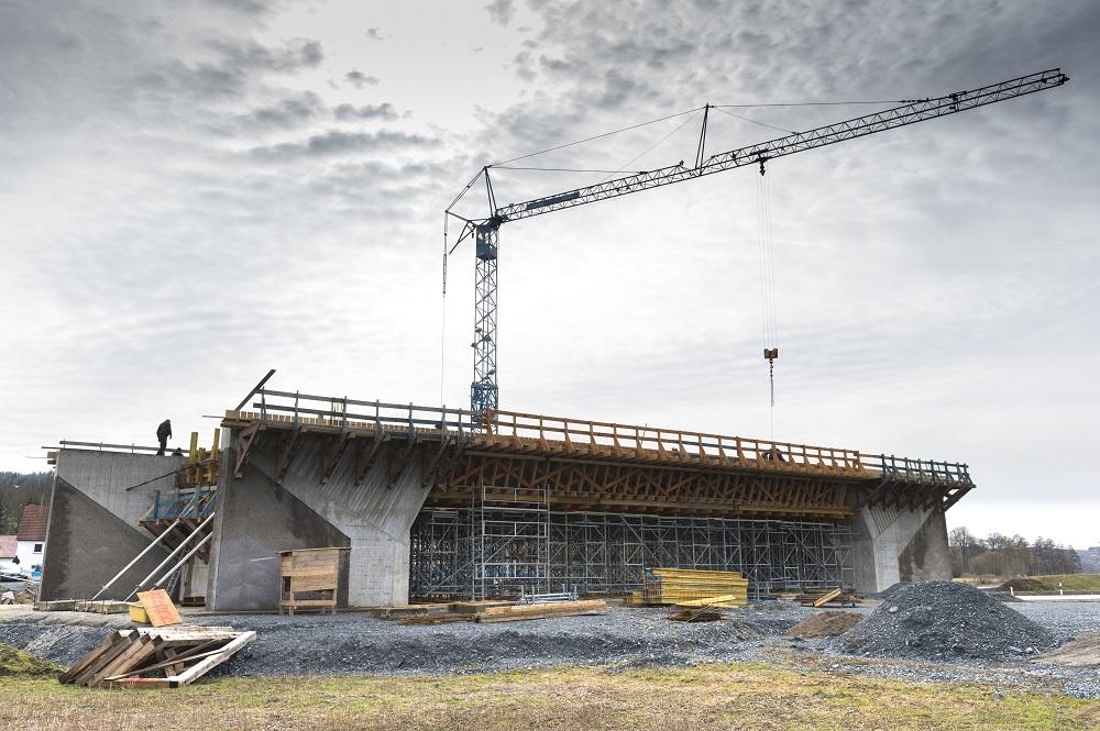 Das Mittelteil des Brückenneubaus in Zeyern steht bereits