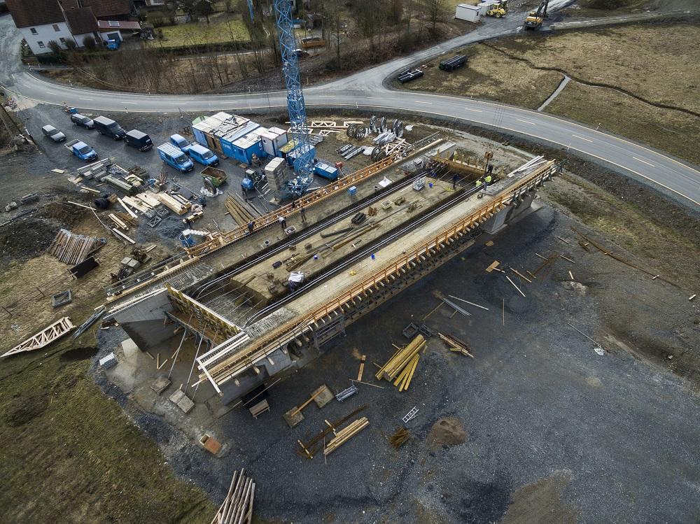 Luftaufnahme des Brückenneubaus in Zeyern