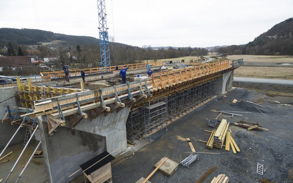 Glöckle Mitarbeitern arbeiten auf dem Brückenneubau in Zeyern