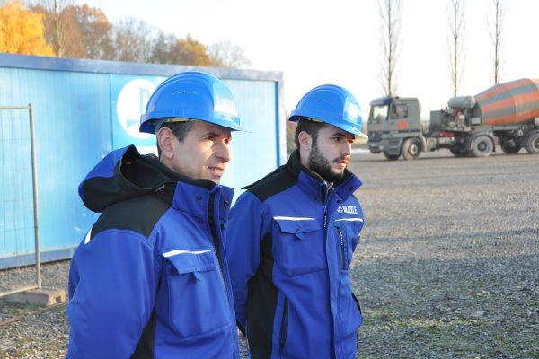 Bauleiter und Bereichsleiter von Glöckle stehen der Technikerklasse für Fragen und Antworten zur Seite