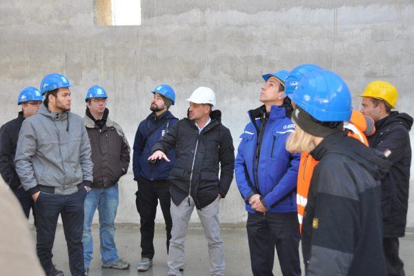 Oberbauleiter Frank Wolz erklärt der Technikerklasse das Vorgehen der Gleitschalung anhand der neuen Bereitstellungshalle