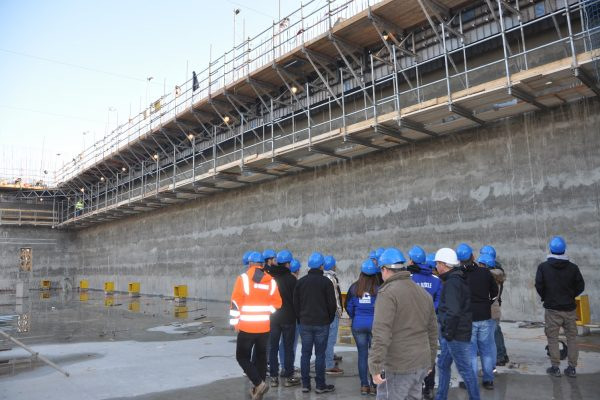 Führung der Technikerklasse durch den Rohbau der neuen Bereitstellungshalle mit dem besonderen Highlight der Gleitschalung