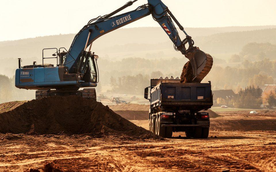 Bagger bewegen mehrere Tonnen Erde für die Ortsumgehung