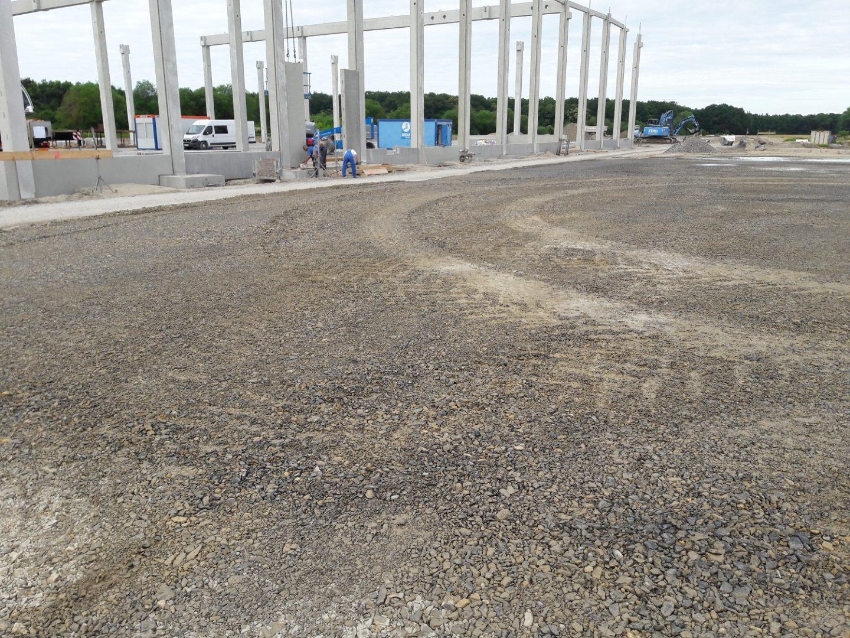 Das Grundgerüst für die neue Lagerhalle aus Stahlbetonstützen steht bereits