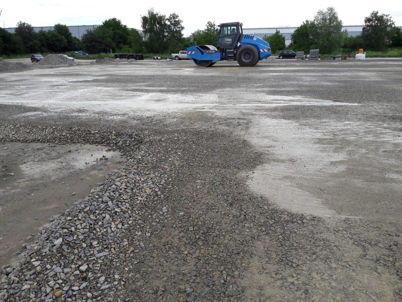 Blau Glöckle-Walze begradigt die Außenflächen der neuen Logistikhalle
