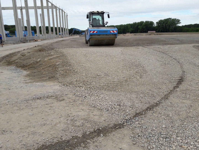Die neuen Parkplätze und Stellflächen des Logistikzentrum werden durch eine Walze begradigt