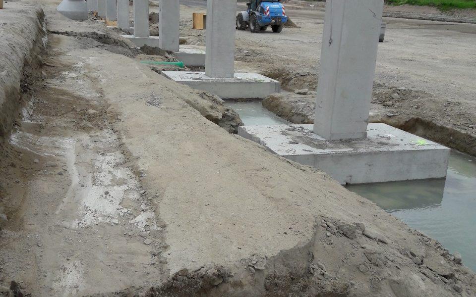 Große Stützen aus Stahlbeton bilden das Grundgerüst der neuen Lagerhalle