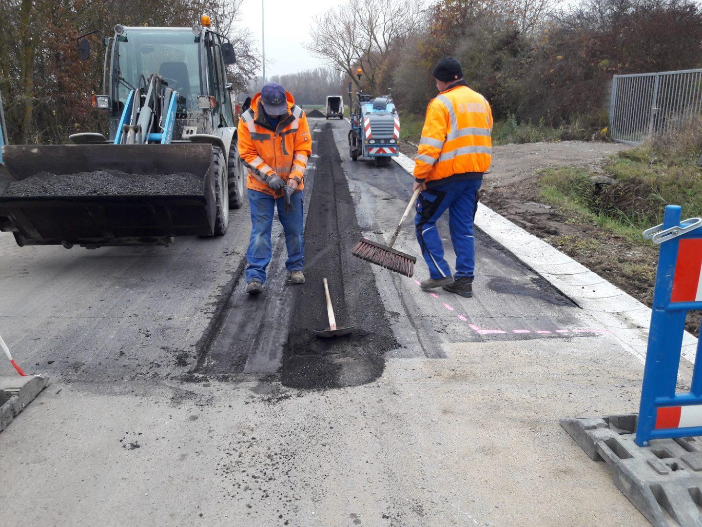 Glöckle Mitarbeiter bereiten die Zufahrtstraße zum Baugebiet vor