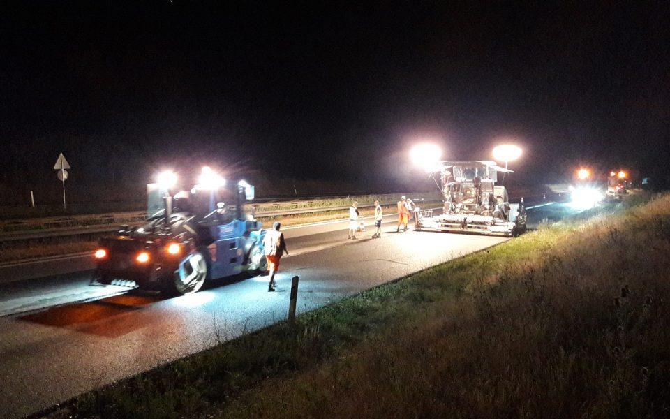 Spurrinnensanierung auf der A7 bei Nacht