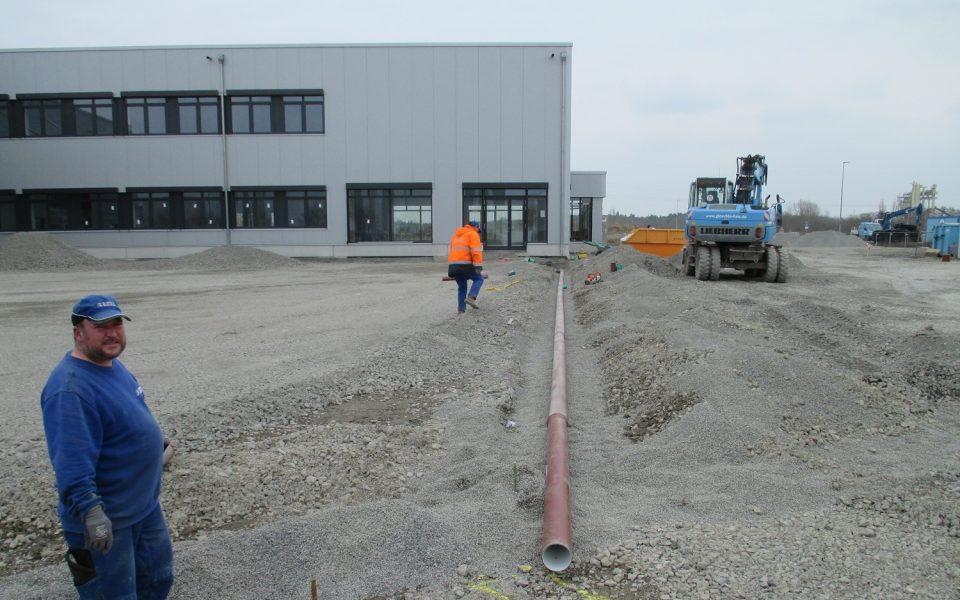 Rohrleitunsverlegung im Tiefau durch Glöckle-Mitarbeiter