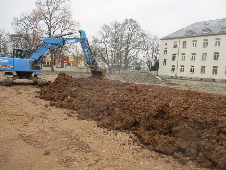 Glöckle-Bagger gräbt Schächte für die Tiefbaumaßnahmen an der Ledward-Kaserne