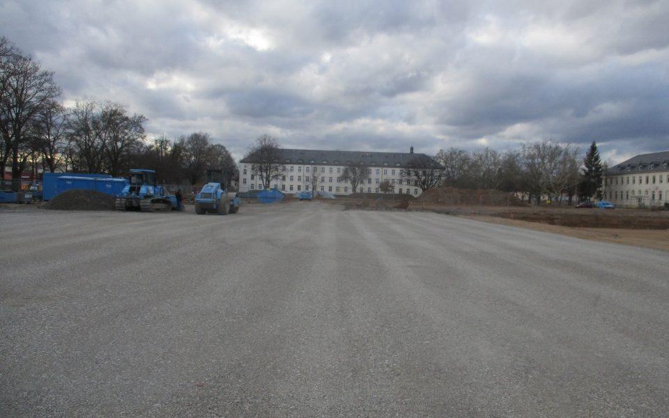 Blaue Glöckle-Walze ebnet und verfestigt Untergründe in der Ledward-Kaserne