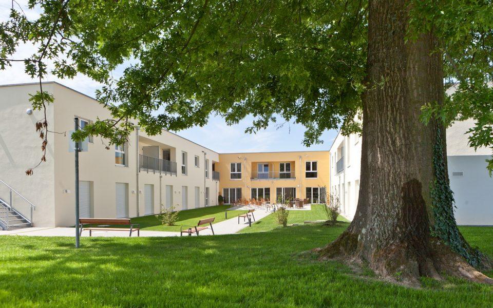 Schön gestaltete Außenanlagen laden auch zu einem Spaziergang um das Pflegezentrum Lichtenau-Ulm ein
