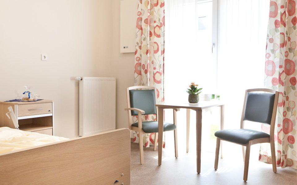 Große Fenster, teilweise mit Balkonen, bringen viel Licht in die Pflegezimmer des Pflegezentrums Lichtenau-Ulm