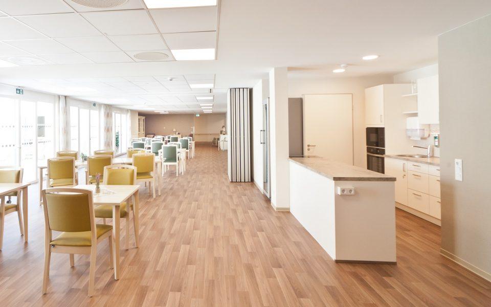Helle und freundliche Cafeteria im neuen Pflegezentrum Lichtenau-Ulm
