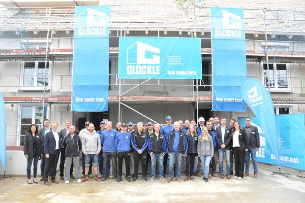 Das komplette Baustellen- und Planungsteam für die neuen Mehrfamilienhäuser in Kürnach von Glöckle
