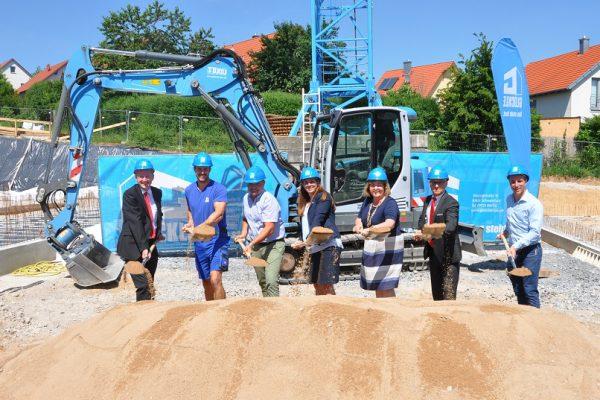 Gemeinsam mit Vertretern der Sparkasse und der Bürgermeisterin von Estenfeld begingen wir den traditionellen Spatenstich